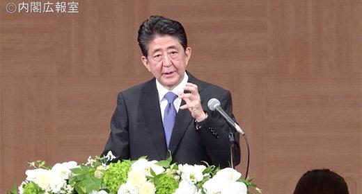 安倍首相の原爆の日会見で暴力的な質問封じ! 官邸の報道室職員が朝日新聞記者の挙げた腕をつかみ……の画像1
