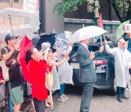 安倍首相の街頭演説で批判派潰しの異様光景!「安倍やめろ」プラカードの前に自民党関係者が立ちはだかり…の画像5