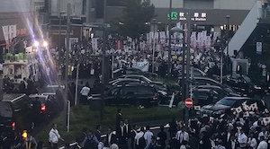 安倍首相が秋葉原街宣で大量の組織動員! 係員が「動員の方ですか?」とステッカー提示求め一般市民を排除の画像1